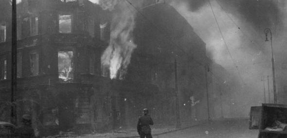 Płonące getto warszawskie w czasie powstania w getcie w 1943 roku